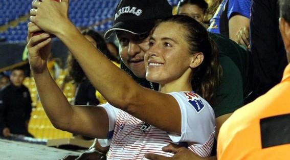 aficionado de tigres toco los senos a jugadora de futbol