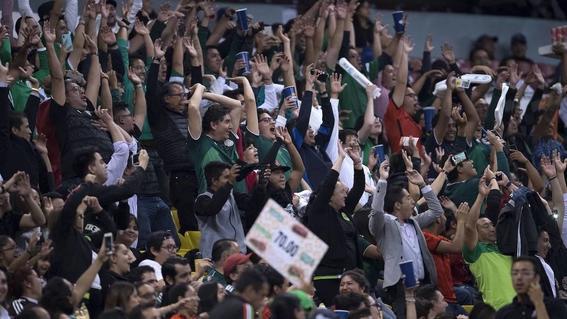 sacan a 30 aficionados del estadio azteca por gritar ¡puto