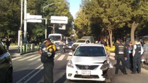 el conductor del auto impacto a una motocicleta y provoco el accidente en que resultaron heridas cuatro personas