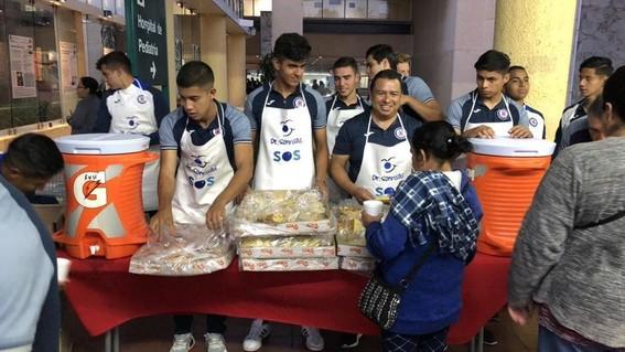 jugadores de cruz azul regalan comida en centro medico
