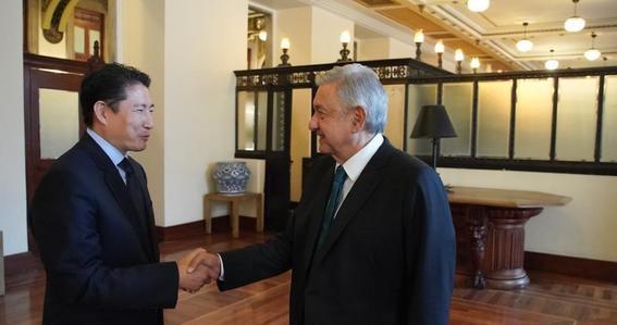 amlo sostuvo una reunion en palacio nacional con hyun joon cho en la que el empresario coreano le regalo un bar de beisbol