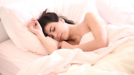 dormir con la luz prendida aumenta de manera significativa la posibilidad de padecer aterosclerosis una enfermedad cardiaca que puede ser mortal