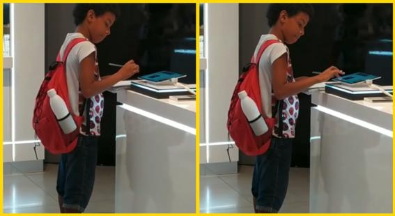 nino usa una tablet en centro comercial para hacer su tarea
