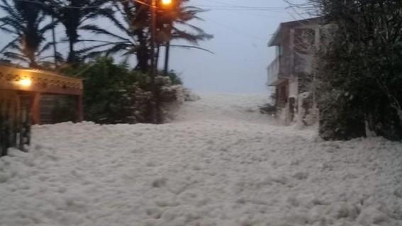 las calles cercanas a la zona costa se cubrieron de espuma provenientes del mar un fenomeno que ocurre debido a los vientos fuertes de la tempor