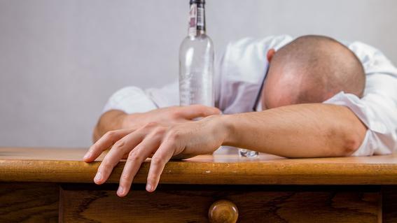 al uso nocivo del alcohol se atribuye cinco por ciento de los decesos mundiales; los principales alcoholicos en el mundo son varones