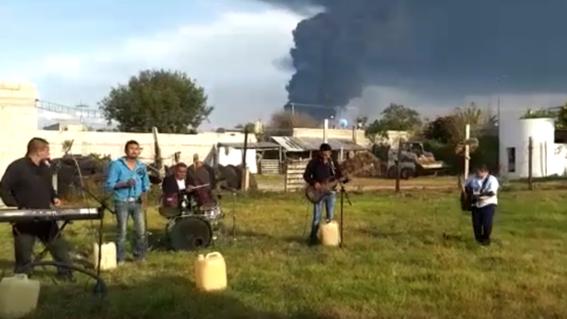 """un grupo musical aprovecho como escenografia del video musical de su """"cumbia del huachicol"""" el incendio en una estaciono de rebombeo de pemex"""