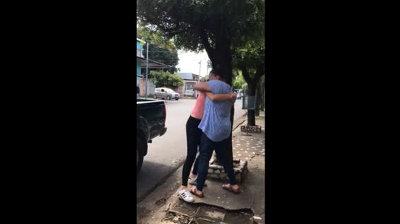 un video del encuentro de una madre y su hija adolescente que fue secuestrada por su padre a los 5 anos ha conmovido a los usuarios de las redes
