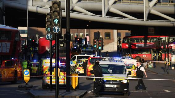 la policia britanica recibio reportes sobre disparos en el punte de londres hasta el momento la situacion es confusa