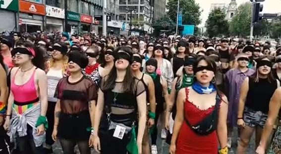 la coreografia de las chicas pertenecientes al grupo las tesis fue dispersada con balines y gases lacrimogenos