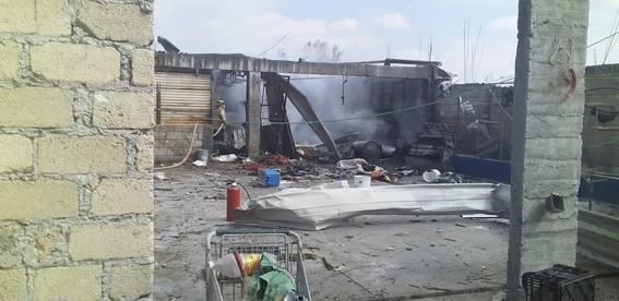 la explosion se origino en un cuarto de tabique techado con lamina ubicado en la parte posterior de una vivienda; hay una mujer y una menor lesi