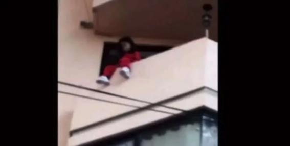 rescatan a nina de caer de un balcon en la miguel hidalgo