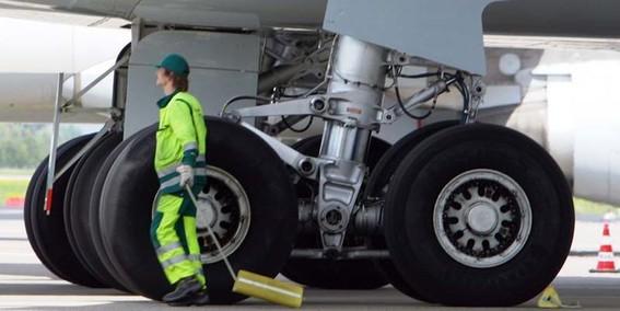 el cadaver de un nino de unos diez anos fue localizado en el tren de aterrizaje de un avion proveniente de costa de marfil que aterrizo en paris