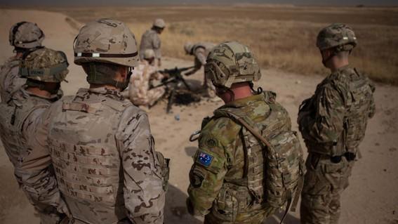 un oficial y tres soldados resultaron heridos por el impacto de un misil sobre una base aerea de balad en donde eua tiene presencia en irak