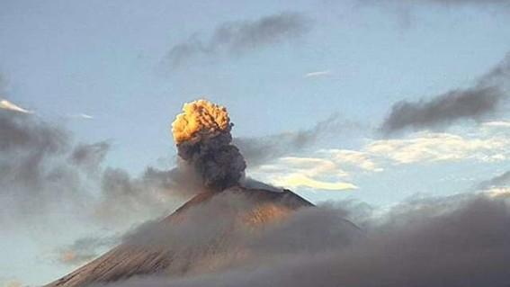 el volcan popocatepetl presento una explosion con lanzamiento de material incandescente y una columna de ceniza que se disperso al sureste de pue