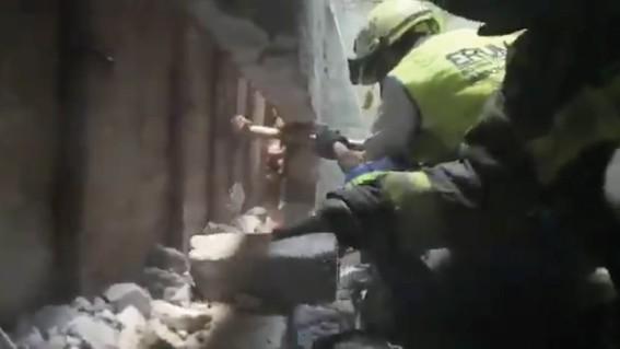 rescatan a recien nacida atrapada entre paredes de domicilio en iztacalco