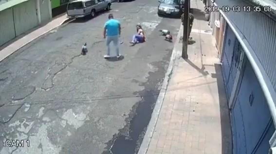 detienen a hombre avienta al suelo a una mujer que camina con su perro