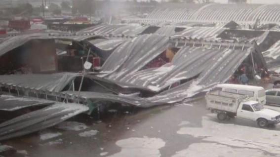 luego de una intensa granizada colapso el techo de una de las naves de la central de abastos dejando 200 locales danos y ningun herido