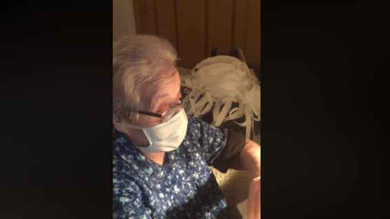 video abuelita cose cubrebocas para donarlos a hospitales y ayudar contra el coronavirus