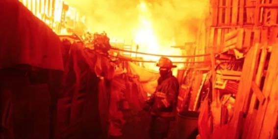 en el incendio se quemo un area aproximadamente de 3 mil metros cuadrados de llantas y basura de la central de abastos de la cdmx