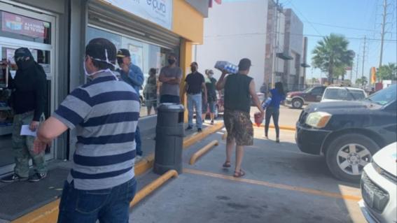 hombre se contagia de coronavirus al formarse en fila para comprar cerveza