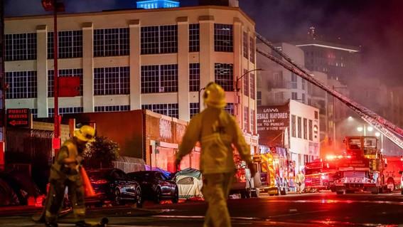 asi se vivio explosion de edificio en los angeles; hay 11 bomberos heridos