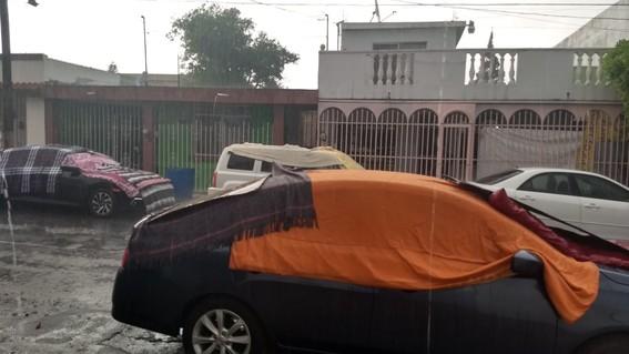 cubren autos con colchonetas para resguardarlos del granizo en monterrey
