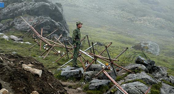mueren una veintena de soldados indios en un enfrentamiento con militares chinos en la frontera comun