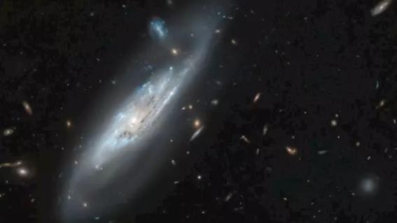 telescopio hubble descubre imagen de una galaxia fantasma