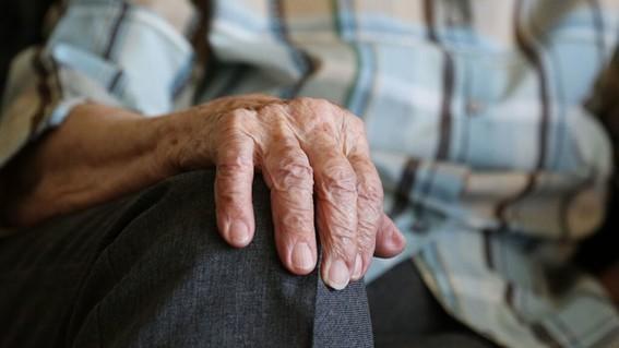 abuelito muere tras ser contagiado de covid por su nieta quien salio de fiesta