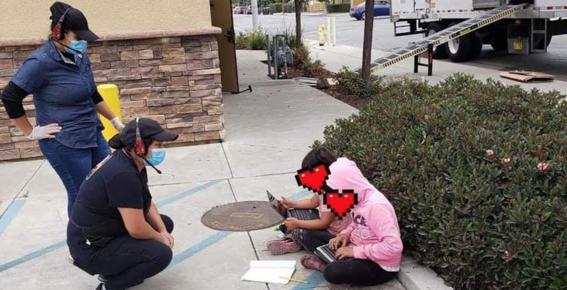 ninas usan wifi de un restaurante para tomar clases a distancia