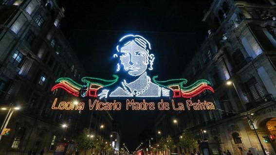 encienden luces alumbrado adornos fiestas patrias zocalo cdmx