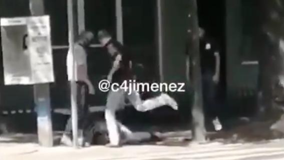 golpean brutalmente a asaltante en una barberia