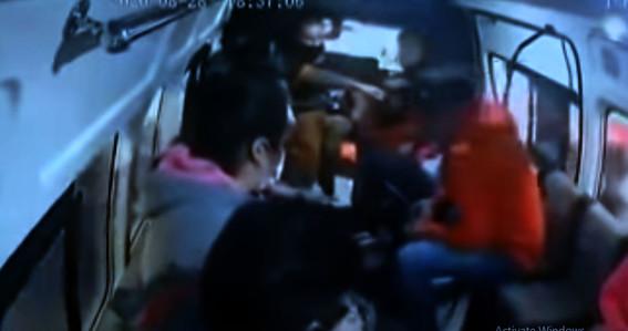 pasajeros golpean a ladron de combi los reyes la paz edomex