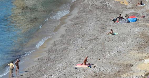 violan a una mujer mientras tomaba el sol en una playa