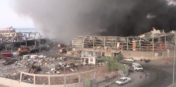 a un mes de la fatal explosion se incendia el puerto de beirut