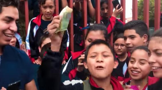 nino gana 500 pesos y se los da a su mama