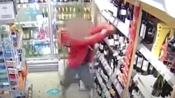 mujer rompe botellas de vino tienda covid