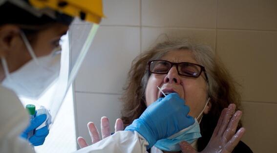 perforan cerebro a mujer durante una prueba de covid19
