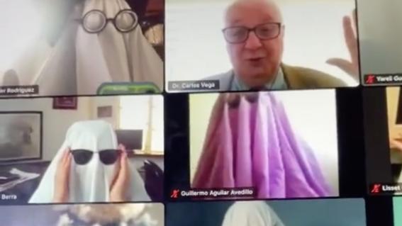 alumnos disfrazan de fantasmas profesor clase virtual