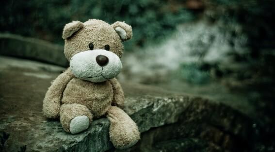 mujer deja que su pareja abuse de su hija de 10 anos para darle un hijo