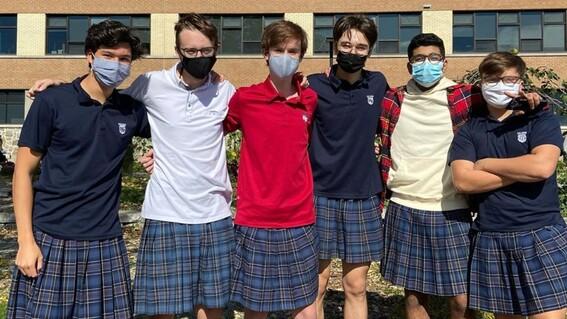 100 jovenes se visten con falda en un colegio para protestar por sexismo homofobia y masculinidad toxica
