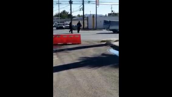 cadaver cae de carroza en avenida de ciudad juarez empleados intentan levantarlo y lo tiran de nuevo
