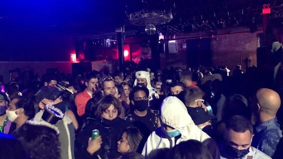 irrumpe policia en fiesta de halloween con 400 personas en nueva york