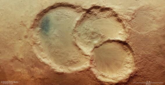 un antiguo triplete de crateres en marte en fotos del mars express