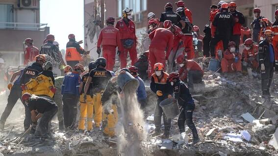 rescatan de los escombros a nina de tres anos por el sismo de turquia