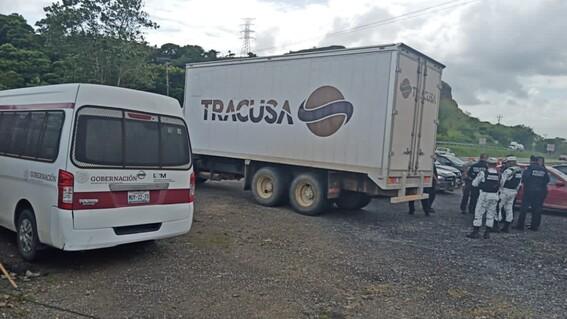 rescatan a migrantes centroamericanos dentro de trailer en veracruz