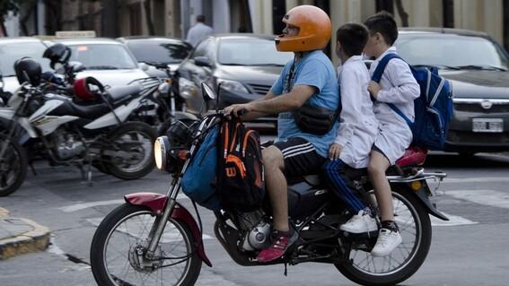 en guanajuato avalan iniciativa que busca prohibir que menores viajen en motocicleta