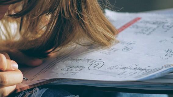 muere estudiante derrame cerebral exceso tareas