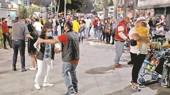 cierran bares de cdmx y organizan baile en las calles de zona rosa