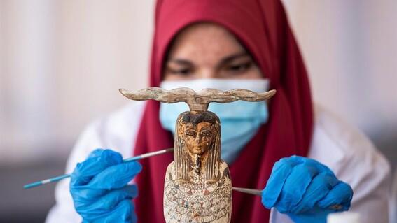 presentan en egipto mas de 100 sarcofagos recien descubiertos